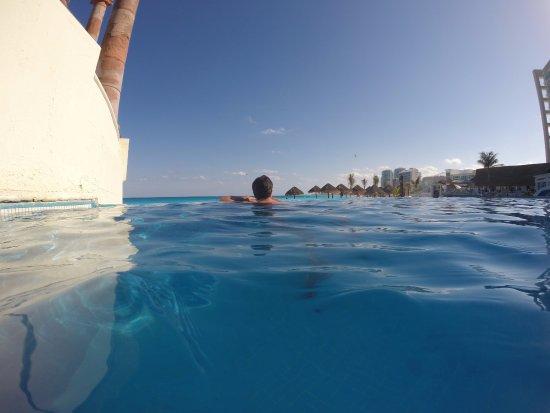 Piscina com borda infinita  Picture of Krystal Cancun