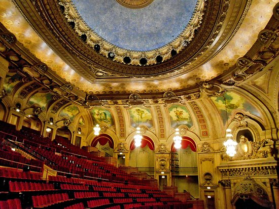 closest hotels to the chicago theatre