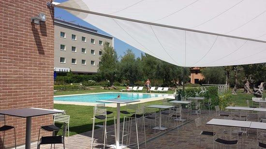 tavoli esterni  piscina del ristorante  Picture of