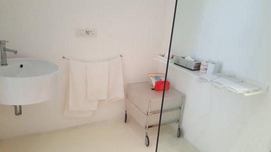 caol ishka hotel lit enfant adossee au mur vitre de la salle de bain et
