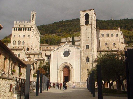 Chiesa di San Giovanni e a sinistra Palazzo dei Consoli