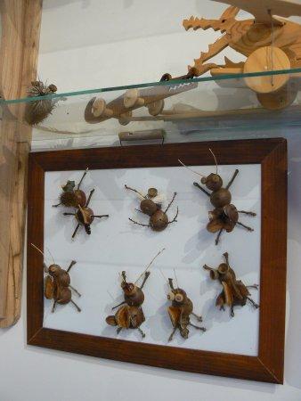 vitrine avec beaucoup de jouets en bois