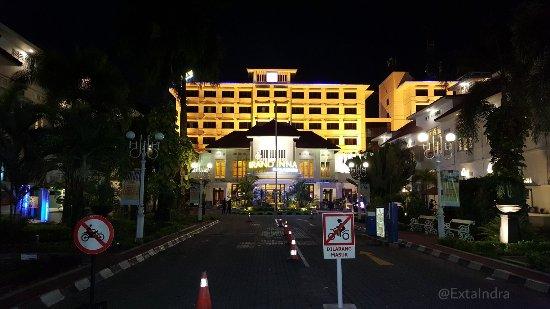 Tampak Depan Hotel Di Malam Hari Picture Of Grand Inna