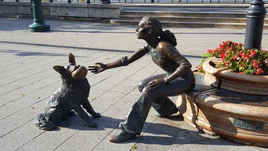Risultato immagini per statua della ragazza con il suo cane budapest