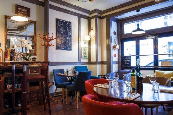 coin salon et table haute picture of