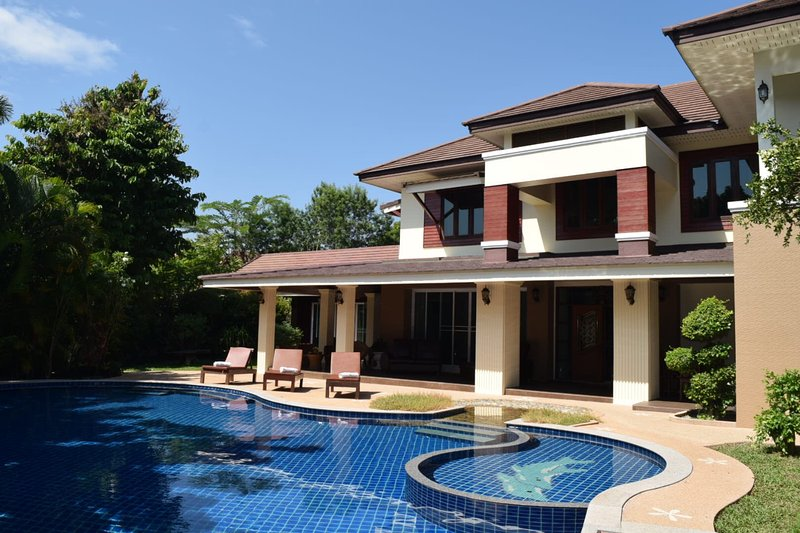 8 Bedroom Luxury Villa With Pool Has Outdoor Dining Area
