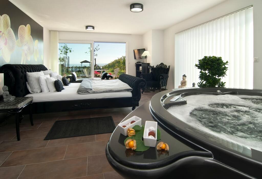 Hotelzimmer mit Whirlpool JacuzziHotels fr ein