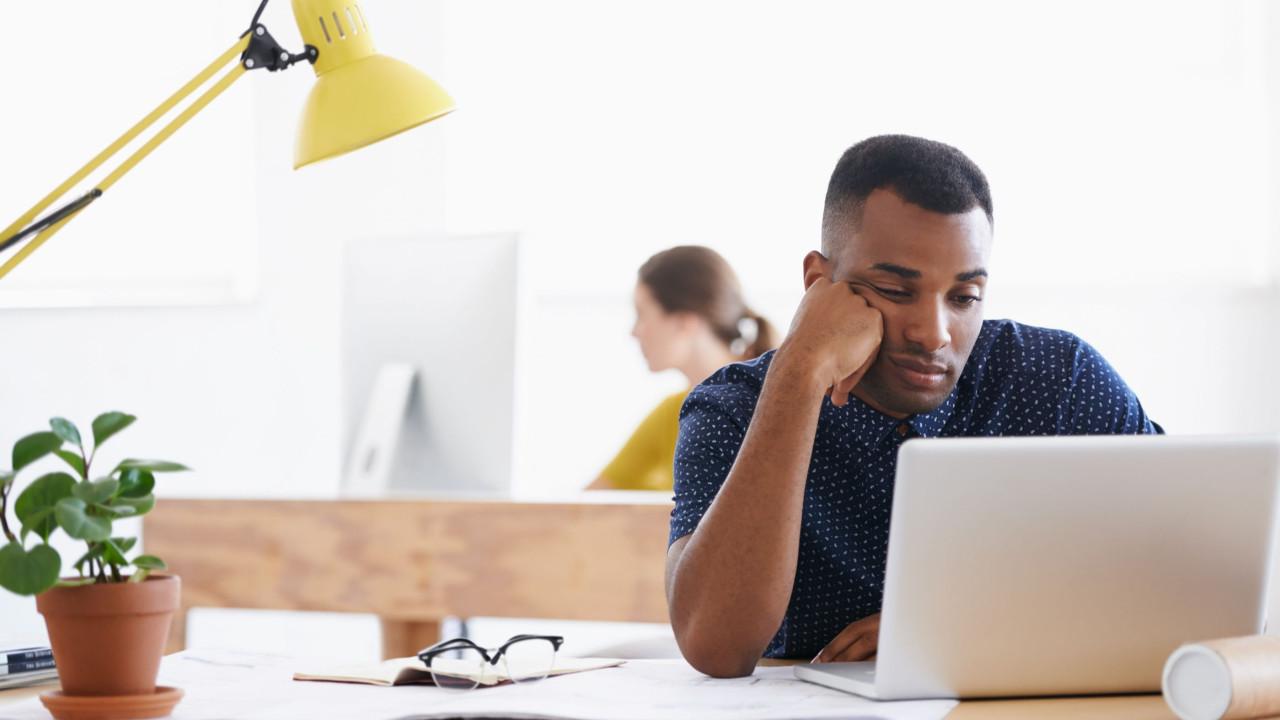 Ter uma planta na mesa reduz o stress no local de trabalho
