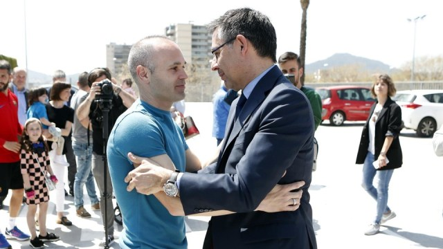 Josep Maria Bartomeu greeted Andrés Iniesta before the press conference