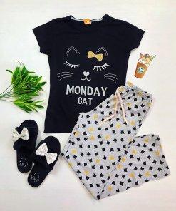 Pijama dama ieftina din bumbac cu tricou negru si pantaloni gri cu imprimeu Monday Cat