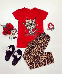 Pijama dama ieftina bumbac cu pantaloni lungi maro animal print si tricou rosu cu imprimeu HK
