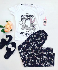 Pijama dama ieftina din bumbac cu tricou alb si pantaloni negri cu imprimeu BB