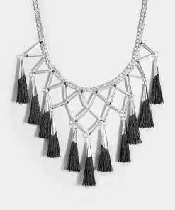 Silberne & Schwarze Kette mit geometrischen Anhängern & Quasten YC