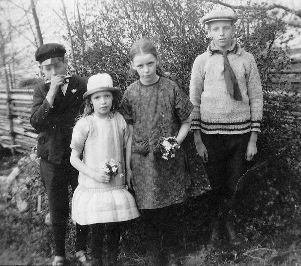 Syskon. Lilla flickan i hatt är troligtvis min mormor Rut.