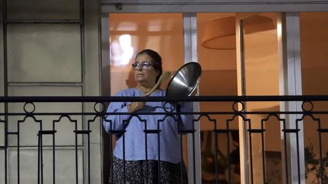 Pasadas las 20 horas del jueves, vecinos de numerosas localidades de la Argentina salieron a los balcones golpeando cacerolas.