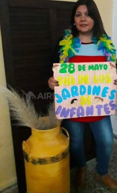 Vanesa Mehauod con carteles por el Día de los Jardines Infantiles.
