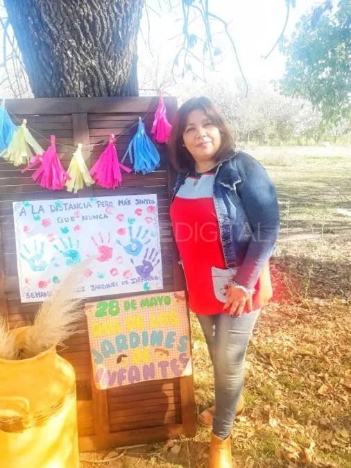 Vanesa Mehauod con los carteles por el Día de los Jardines Infantiles.