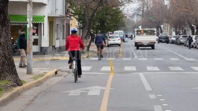 Una ciclista circula por la ciclovía de Urquiza.