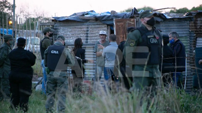 Los asistentes sociales y los policías continúan notificando a las familias sobre el desalojo.