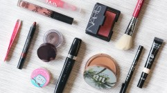 Flat Lay Your Collection: The Makeup Trend Blowing Up on Reddit