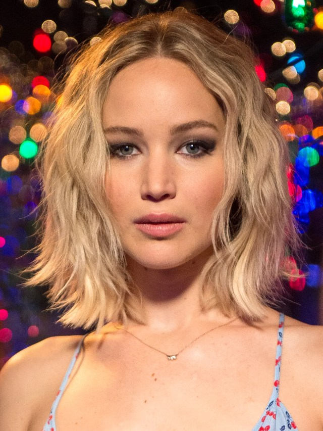 jennifer lawrence removes hair extensions; wears blonde bob