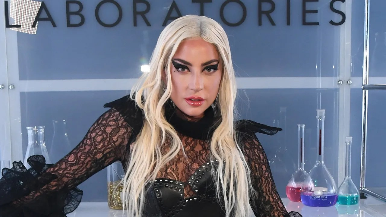 Lady Gaga Debuts Pink Hair In The Stupid Love Music