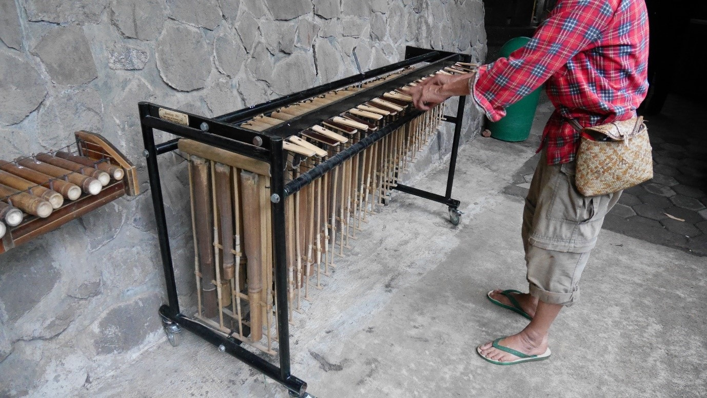 Cultural Journey Through Jakarta And Bandung 3 Things You Have To Austin Flats Marjorie White Putih 38 Owner Of Saung Angklung Udjo Created An Piano So As Play The Bamboo In Different Notes Just Like Playing On A