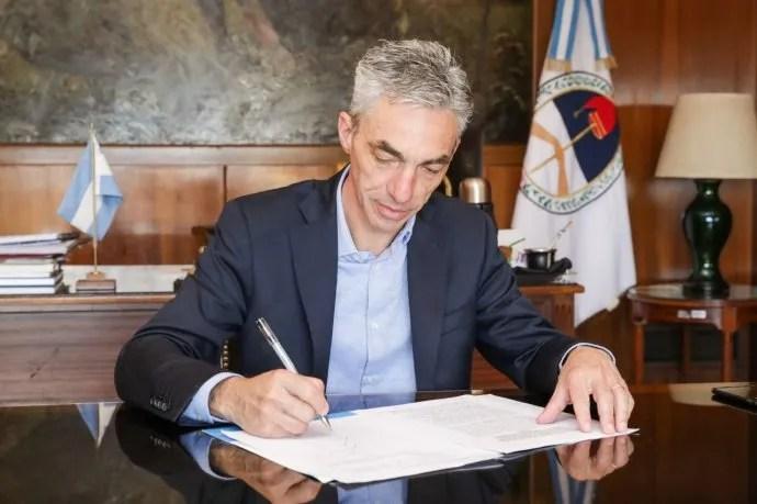 El ministro de Transporte, Mario Meoni, anunció la restricción de circulación de aviones, trenes y colectivos por una semana para evitar el contagio de coronavirus.