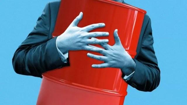 Un barril de crudo pesa entre 119 kg. y 151 kg