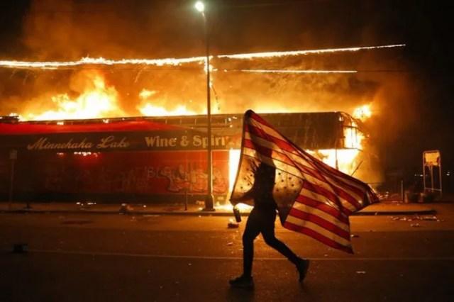 Muchas de las protestas incluyeron incendios y saqueos.
