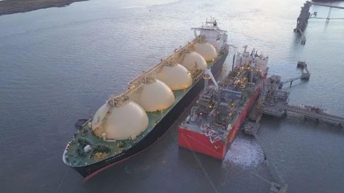 Los ex directivos de YPF subestimaron la capacidad de procesamiento de gas natural y almacenamiento de GNL de la barcaza Tango FLNG y firmaron un contrato a 10 años, que trasciende al menos tres gobiernos constitucionales.