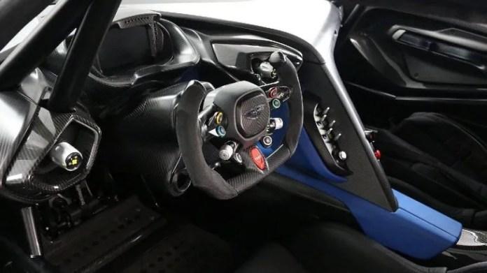 El Aston Martin Vulcan fue construido en una serie estrictamente limitada de solo 24 autos y entregado a los clientes durante 2016. Este modelo tiene una Motor V-12 de 7.0 litros, con 820 caballos de fuerza y una caja de cambios secuencial Xtrac de 6 velocidades.