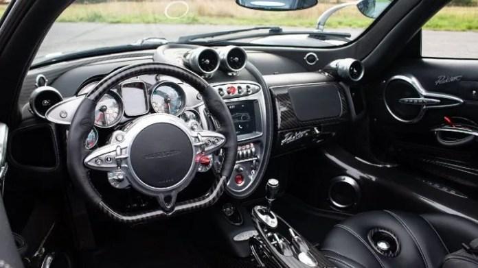 A pesar de que está registrado en el Reino Unido, este superdeportivo tiene volante a la izquierda. Este auto de lujo fue diseñado por el argentino Horacio Pagani, quien lo bautizó
