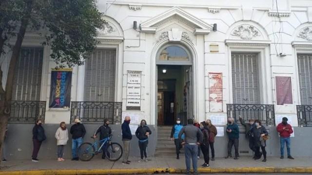 En el Colegio Número 7 Juan Martín de Pueyrredón del barrio porteño de San Telmo, denuncian que no llegaron pasadas las 9.30 a habilitar la reapertura de los comicios por parte de la Justicia Electoral.