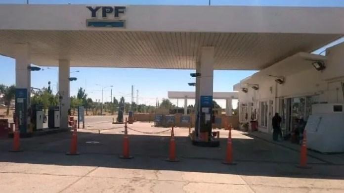 La estación de YPF de la localidad neuquina de Zapala ya se quedó sin combustibles. En otras 11 localidades de la provincia peligra el abastecimiento.