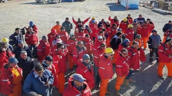 Los trabajadores petroleros están virtualmente varados en los pozos sin posibilidad de rotación de personal, porque no llegan los transportes de pasajeros a las zonas de Añelo.