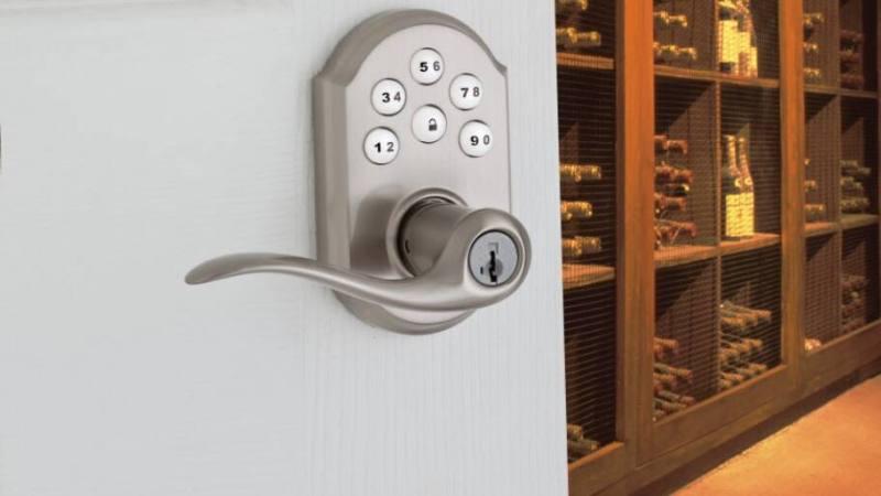 Door handle with locking mechanism