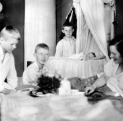 Min mamma föddes i huset. Här är hon med sin mamma Maja och sina tre halvbröder som tyckte att hon var en reko böna (min mamma alltså).