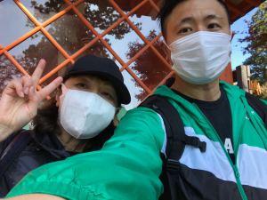 高尾山で自撮りする息子と母