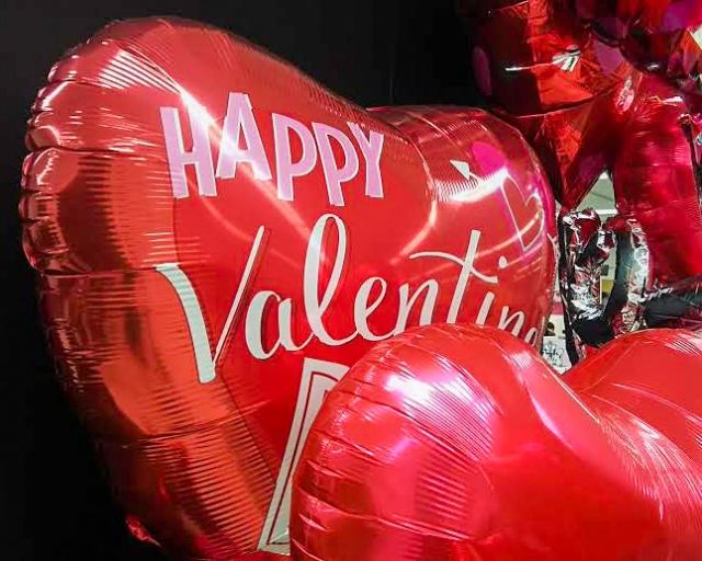 Happy Valentineと書かれた赤いハートの風船