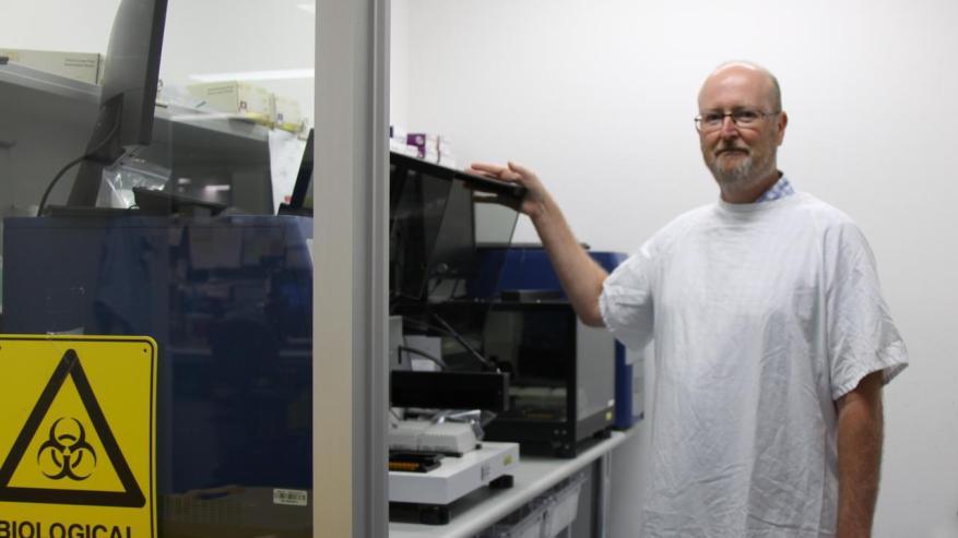 РОБОТИЧЕСКАЯ ДИАГНОСТИКА: Патология здоровья в Новом Южном Уэльсе Научный руководитель Гленн Хокинс с помощью робота High Plex, который позволил его команде ученых-лаборантов обработать более 50 000 из 80 000 образцов для тестов на COVID-19 в регионах.  Фото: Элисон Патерсон
