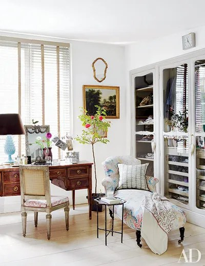 chaise in living room modern apartment ideas longue decorating architectural digest fronting the closets designer isabel lopez quesada s madrid dressing are louis xv style doors from her maternal grandmother house