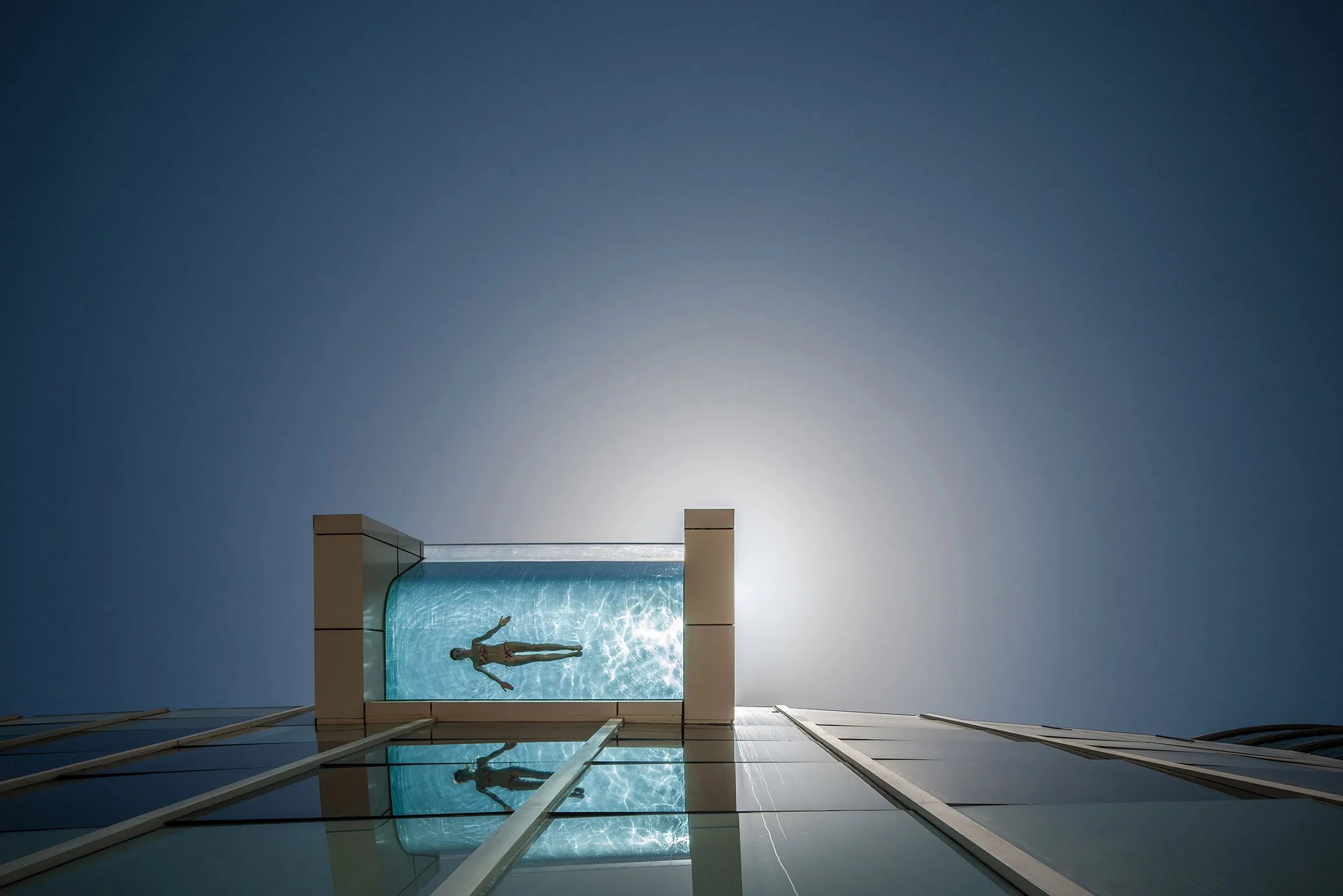 8 of the Worlds Most Daring Swimming Pools Photos