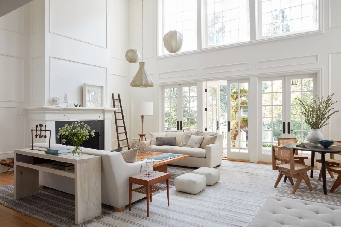 A Whitewashed Brentwood Farmhouse That Takes Its Cues from ...