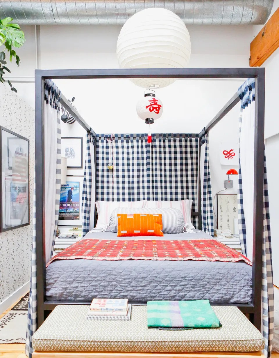 hight resolution of canopy bed in small bedroom
