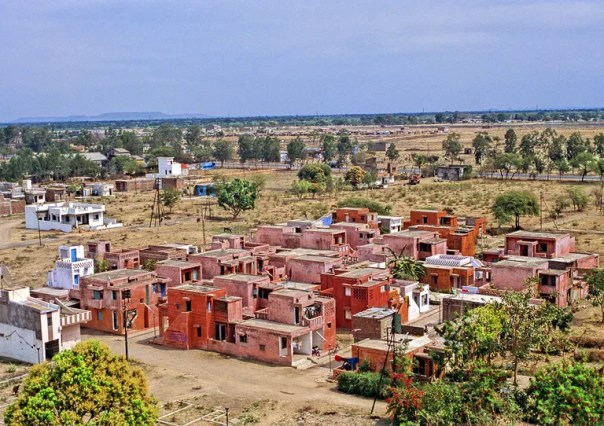 Like many of Doshi's designs, Aranya was created to accommodate those Indians living with low and middle-incomes.