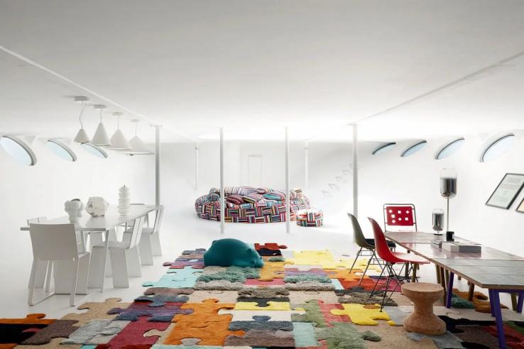 L'image peut contenir le tapis de chaise de meuble à l'intérieur du plancher et de la pièce