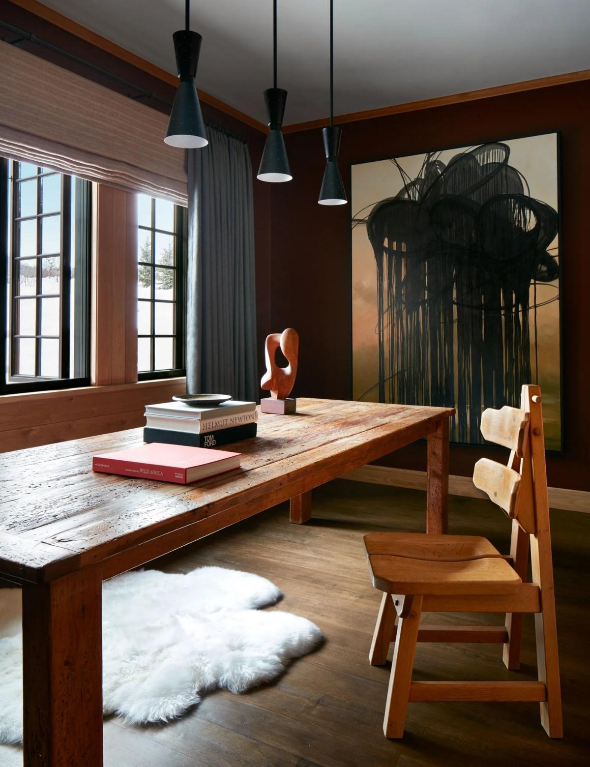 Раньше формальная столовая комната для дегустации вин оформлена в глубоком бордоском оттенке, который Наннерли окрестил ...