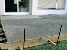 So verlegen Sie Terrassenplatten aus Naturstein  BAUHAUS