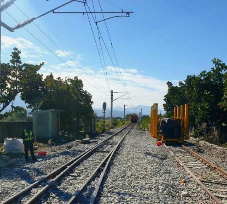 台湾铁路台东海端火车站于今年2月发生事故,当时一辆电动维修车与一名公路工人相撞,造成两人死亡。
